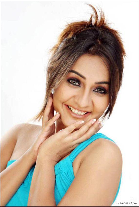 Upcoming Bollywood Babe Aashi Thakur