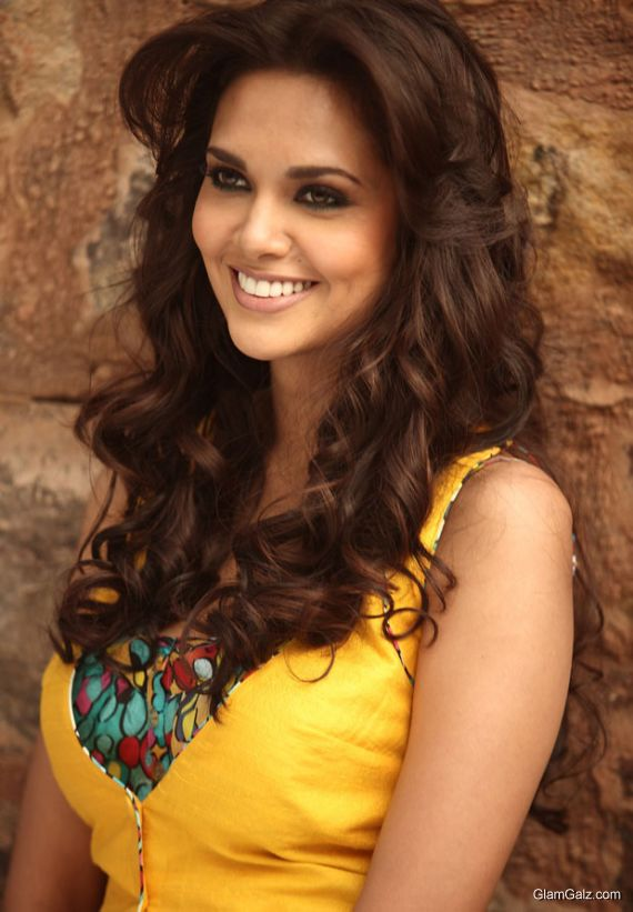 Bollywood Beauty Esha Gupta Photo Gallery