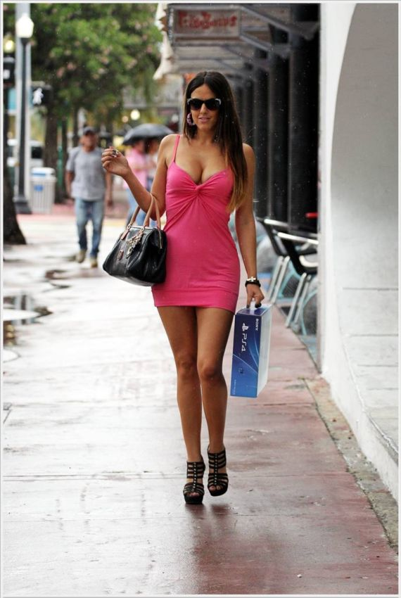 Claudia Romani Shopping A PS 4 In Miami