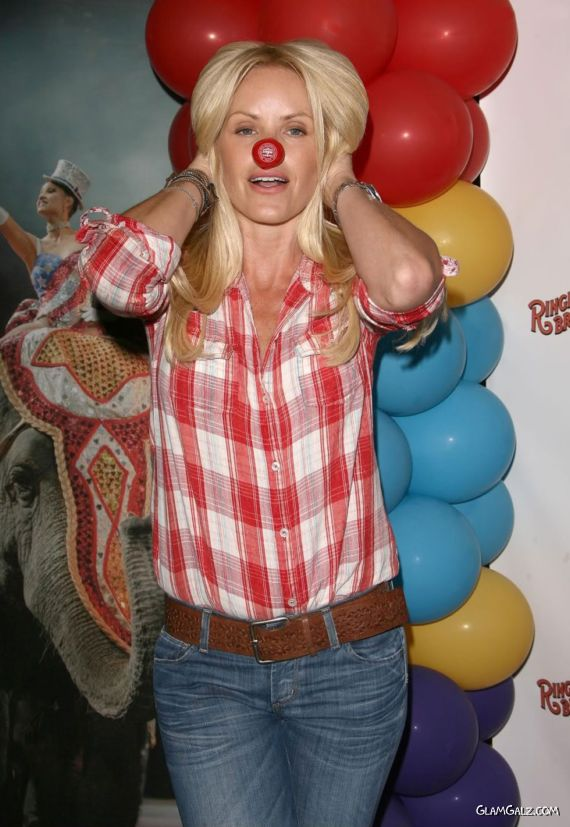 Gena Lee Nolin Funny Photoshoot