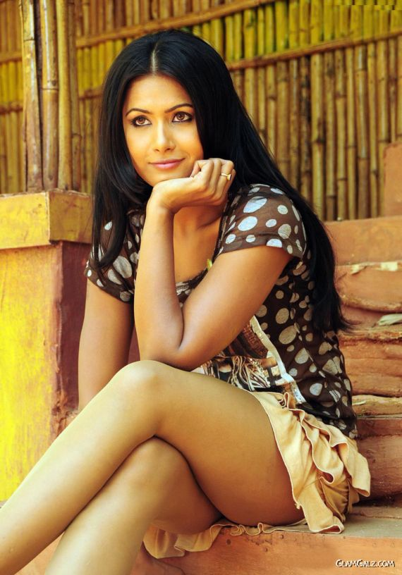 Hot Actress Divya Dwivedi